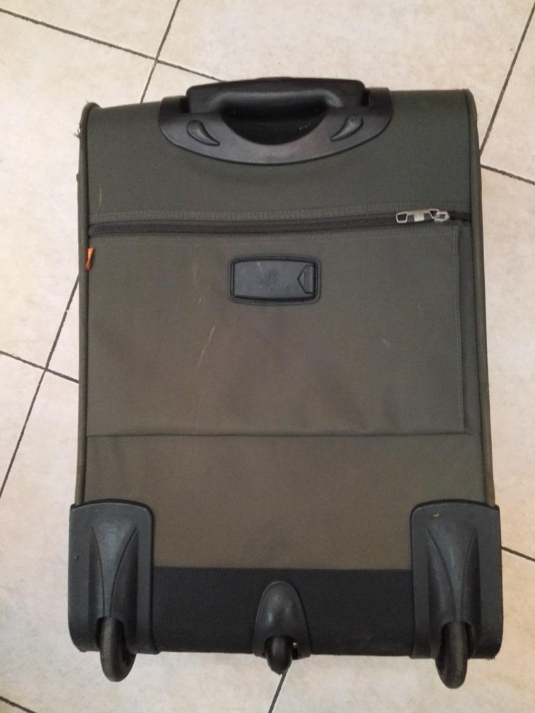 东航20寸行李箱可以带上飞机吗_东航托运行李箱尺寸